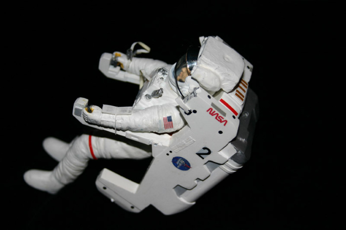 Астронавт с реактивным ранцем.
