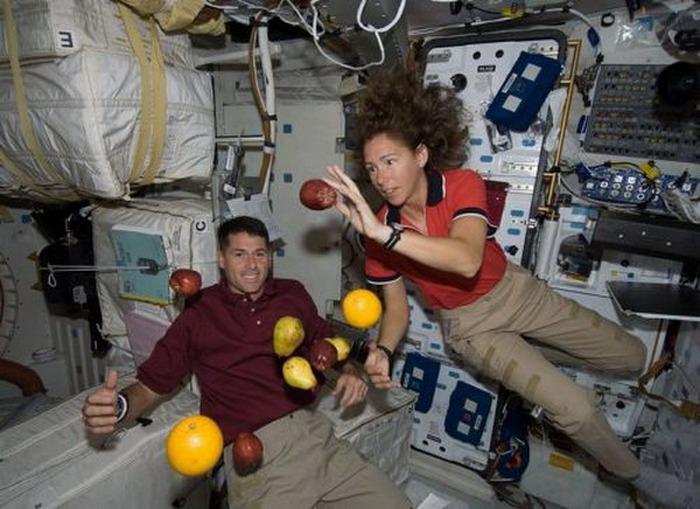 Астронавты в невесомости.