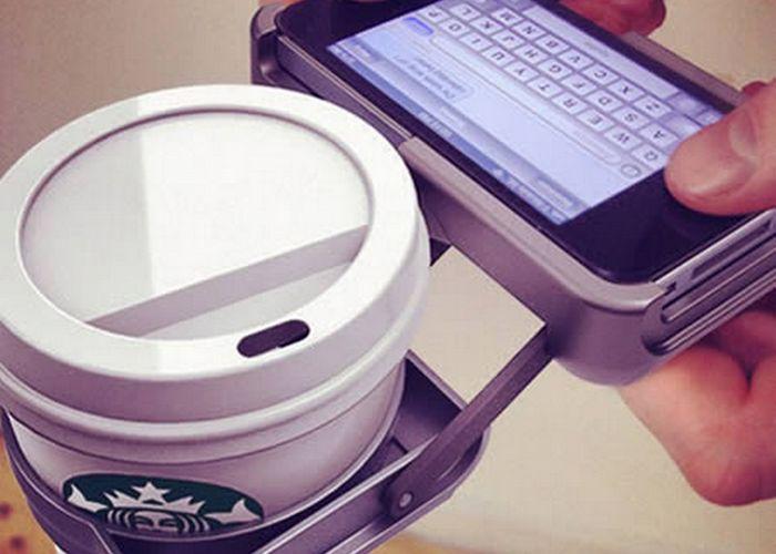 Безумный гаджет: чехол для iPhone со встроенным подстаканником.