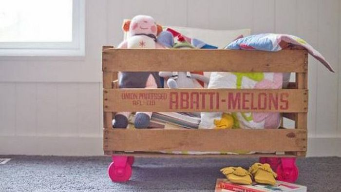 Нестандартное решение: коробка для игрушек из ящика для фруктов.