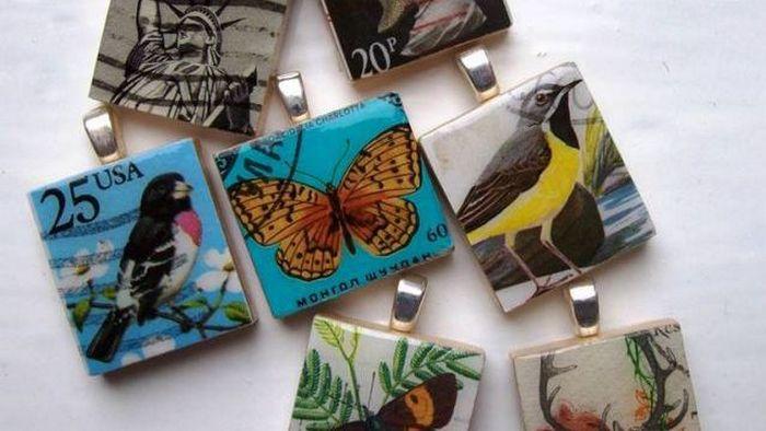 Нестандартное решение: кулоны из марок.