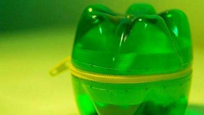 Нестандартное решение: кошелек из донышек бутылок.
