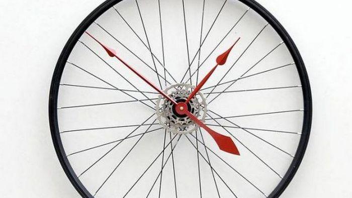 Нестандартное решение: часы из велосипедных колес.