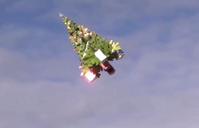 Рождественская ёлка в небе над Калифорнией.