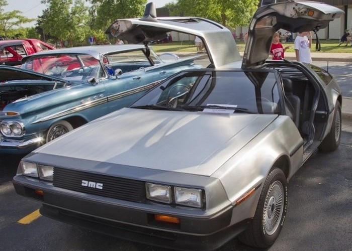 Автомобиль DeLorean DMC-12.