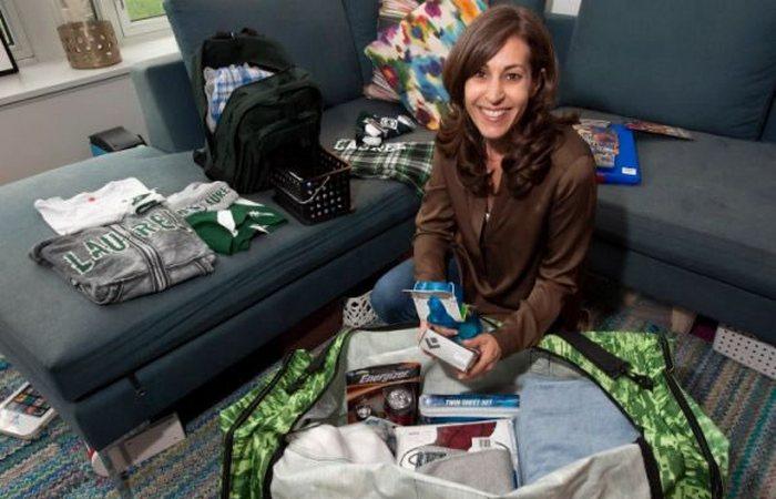 Женщина, которая пакует вещи детей в летний лагерь за $ 1000.