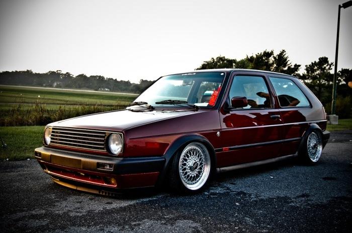 Очень старый и добротный автомобиль.