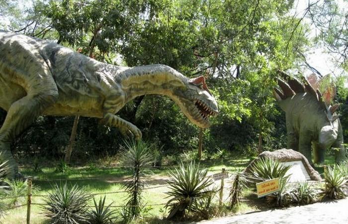 Динозавры жили в триасовом, юрском и меловом периоде мезозойской эры.