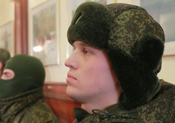 Носится новая шапка вот так. ¦Фото: gorod48.ru.