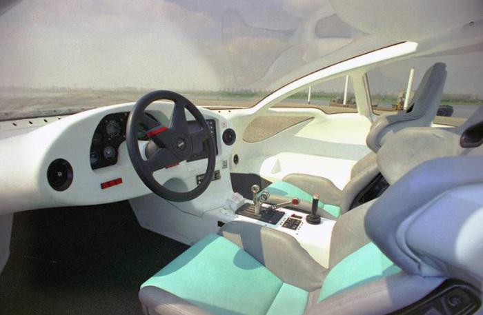 Стильный салон катера с сиденьями от суперкара.