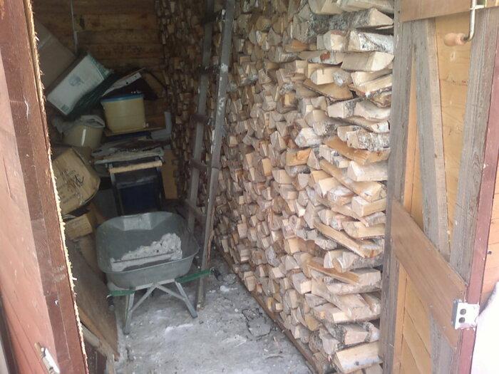 Дрова чаще всего лежат в сарае.  Фото: 9dach.ru.