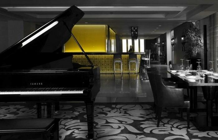 Расположен в финансовом районе Дубаи.