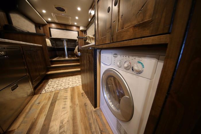 Есть даже стиральная и посудомоечная машины.