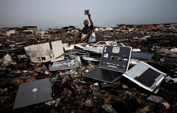 Экологическая проблема: свалка электронных отходов.
