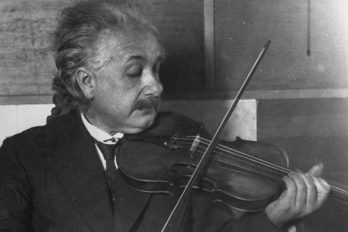 Эйнштейн - клерк в патентном бюро.
