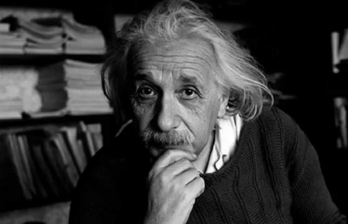 Альберт Эйнштейн - величайший физик XX века.