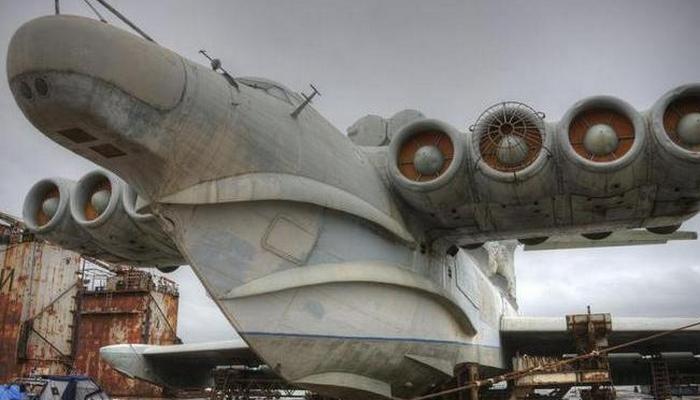Оснащен 8 турбореактивными двигателями.