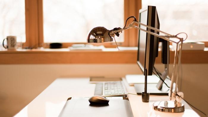 Правило экономии: обеспечить освещение рабочего стола.