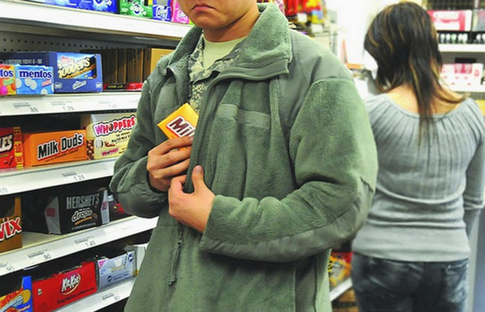 Вредная привычка: воровать мелочь в магазине.
