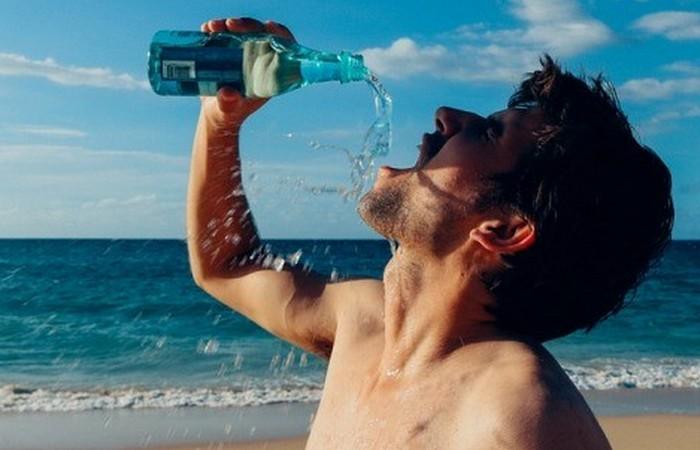 Вредная привычка: пить из бутылки.