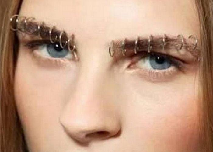 Тенденция моды: пирсинг бровей.