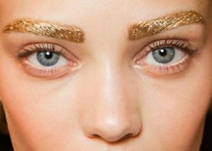 Тенденция моды: сверкающие брови.