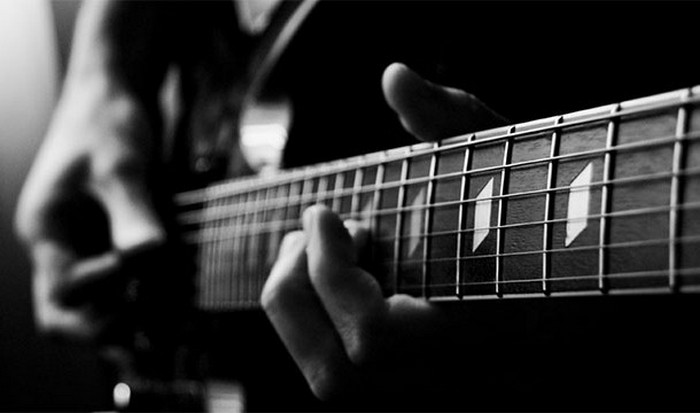 Гитарист Мосс Хиллс.
