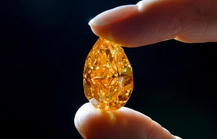 Алмазы являются очень твердым природным веществом.