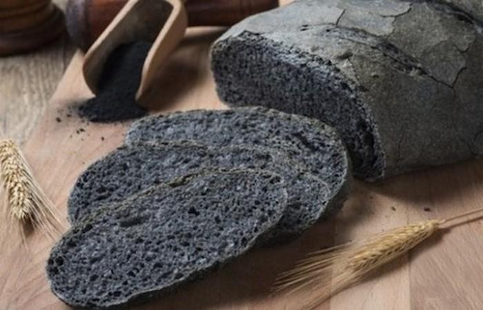 Причудливое лакомство: хлеб из древесного угля.