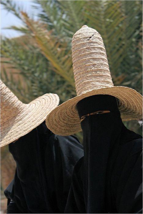 Эти шляпы ни с чем не перепутаешь.