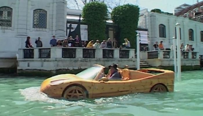 Деревянный Ferrari, бороздящий каналы Венеции