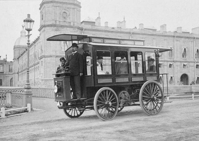Электромнибус И.В. Романова у Гатчинского дворца 1900 г.