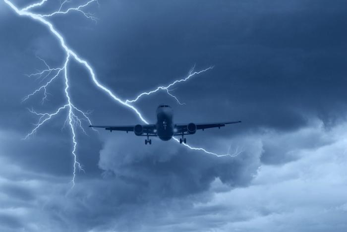 Молния самолету не страшна.