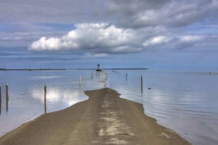 Дорога по дну бухты.