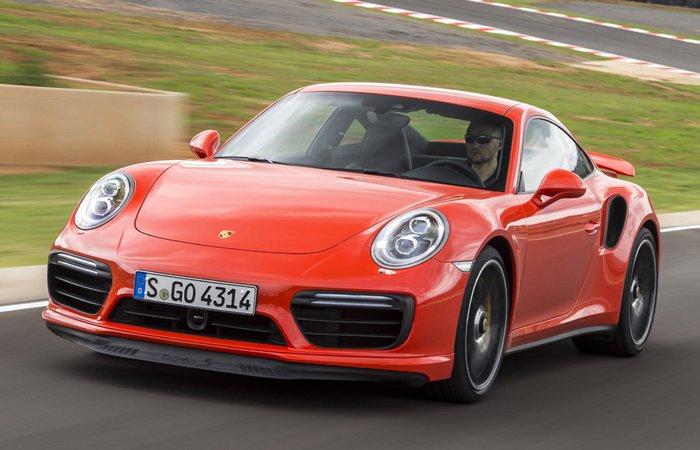 Автомобиль Porsche911 TurboS - один из самых шустрых авто.