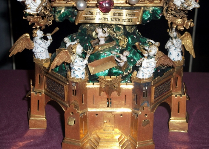 Позолоченный венец инкрустированный жемчугом, рубинами и сапфирами./фото: schools-wikipedia.org