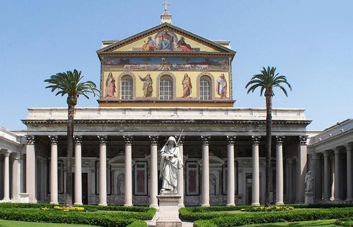 Тело Святого Павла покоится под главным алтарем базилики./фото: listverse.com