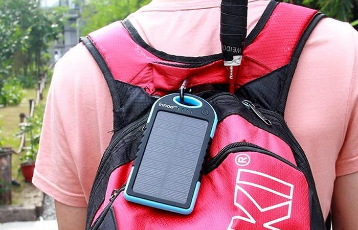 Гаджет зарядное устройство на солнечных батареях.