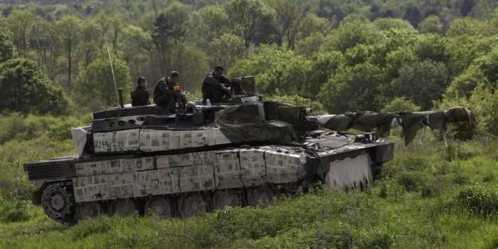 Французы маскируют танки газетами даже летом. |Фото: grandhistory.ru.