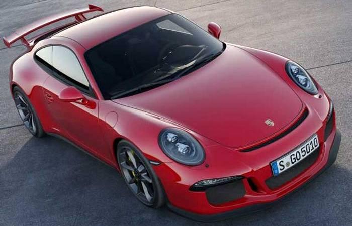 Автомобиль Porsche 911.