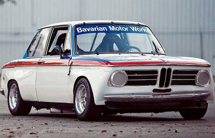 Автомобиль BMW 2002.