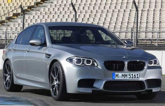 Автомобиль BMW M5.
