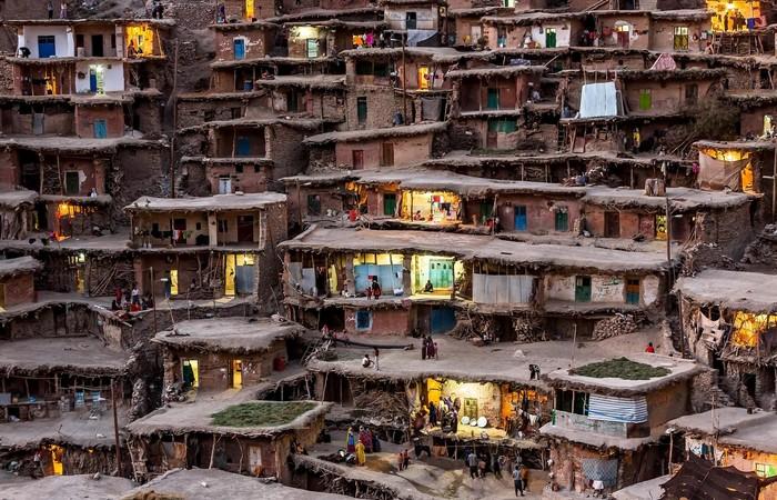 Глобальные проблемы: истощение земель и трущобы.