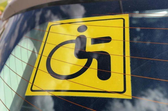 Крепить такие знаки может только 1 и 2 группа инвалидов. ¦Фото: postila.ru.