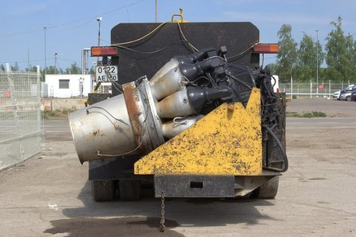 Есть модели с реактивным двигателем, установленным сзади.