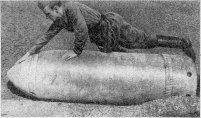 Советский солдат с трофейным снарядом.