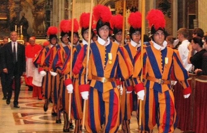 Смена караула в Ватикане.