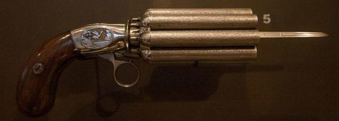 Бельгийский револьвер-пеппербокс 1850-х годов со встроенным лезвием стилета.