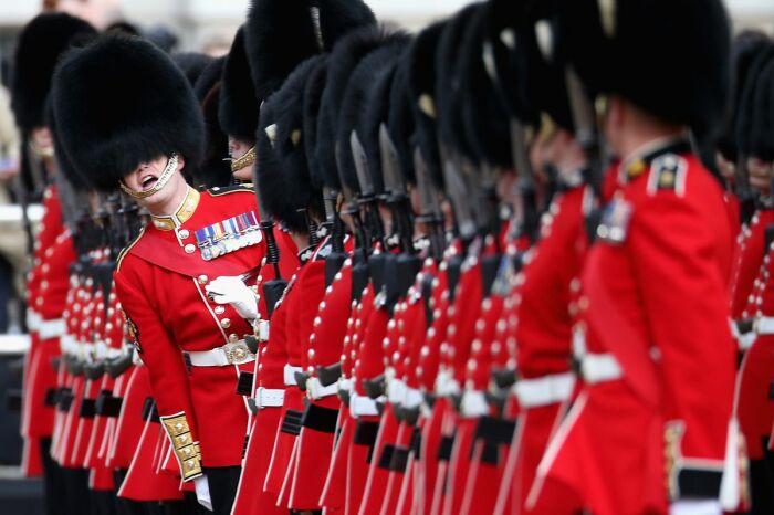 Гвардии у королевы достаточно много. |Фото: blackshoediaries.com.