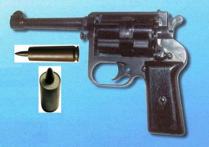 Револьвер получился крупным из-за необходимости стрелять специфическими боеприпасами.